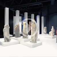 "Installation mit Gewandstatuen, Animation <u><a href=""https://www.asisi.de/fileadmin/Medien/4_Presse/2_Fotos/10_PERGAMON/20180426_Pergamonmuseum_Das_Panorama_Berlin_Animation_2_Gewandstatuen_Installation_c_asisi.mp4"" target=""_blank"">Ansicht und Download</a></u> © asisi"